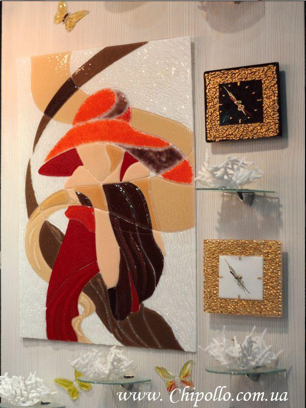 часы и картина из цветного стекла