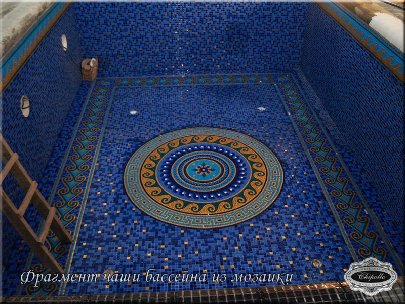 чаша бассейна из цветной мозаики