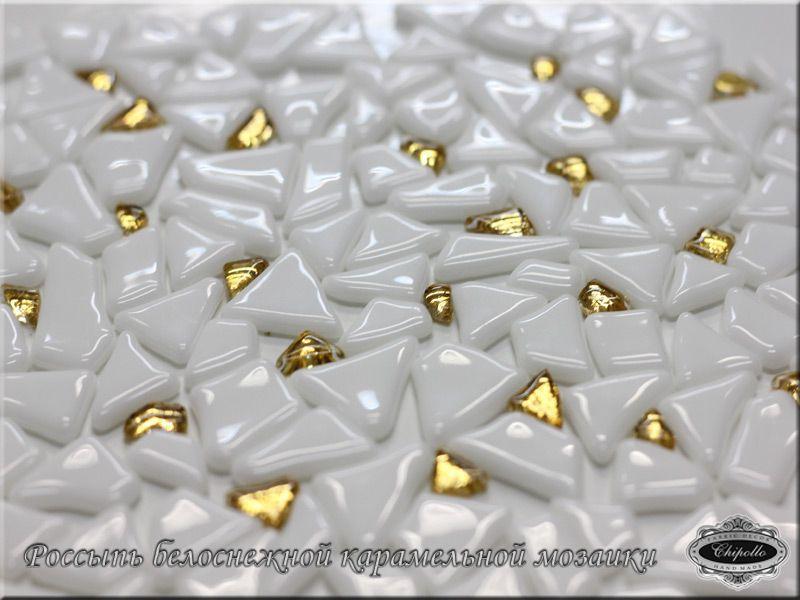 Россыпь белоснежной мозаики с золотом